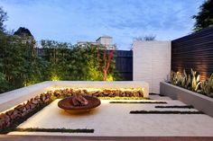 modene Hofgestaltung - hohe Pflanzen als Sichtschutz und schöne Beleuchtung