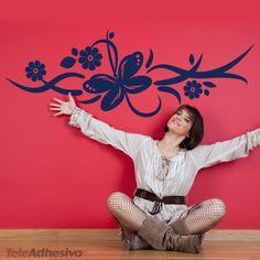 Vinilo decorativo floral compuesto por tallos, flores y una mariposa. Una excelente composición primaveral que se ha convertido en uno de nuestros mejores vinilos. De distribución en modo horizontal es ideal para todo tipo de espacios. Combina el color del vinilo con el color de un mueble. #decoracion #teleadhesivo