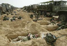 """Se cumplen 10 años desde que EE UU, abrigada por Reino Unido y España (o sería mejor decir por Blair y Aznar), se lanzó a invadir Irak alegando que Sadam Hussein tenía armas de destrucción masiva. Dicho armamento nunca fue encontrado. Fue una excusa para """"conquistar"""" el país y derrocar a Sadam (el que, por cierto, era un tirano que maltrataba y masacraba a los iraquíes). En la foto, soldados de EE UU descansan en trincheras en el desierto de Kuwait el 21/3/03. FOTO: Jean-Marc Bouju (AP)."""