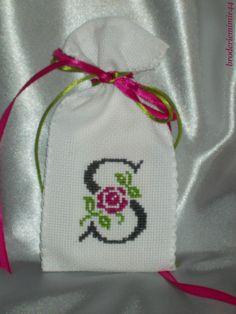 Sachet Initiale - S Anthracite - Lavande. Brodé mains.  point de croix - cross stitch. mon Blog : http://broderiemimie44.canalblog.com/