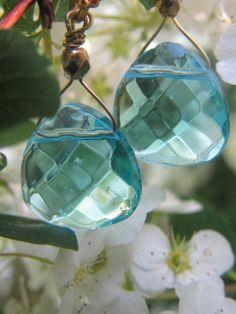 Blå krystal øreringe fra www.annweidesign.com - her blomstrer træerne. Blue crystal earrings from www.annweidesign.com - here the flowers blossom. Enjoy.