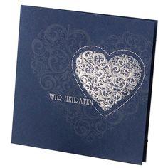 Diese edle Hochzeitseinladung besticht durch ein festliches Auftreten. Hergestellt wurde diese Hochzeitseinladung aus einem herrlich schimmernden, kobaldblauen Umleger der mit einer Silberfolienprägung exklusiv veredelt wurde. Online bestellen - nur bei uns! top-kartenlieferant