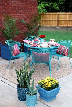 Did you know you can use Chalk Paint® by Annie Sloan on exterior projects? Check out this wrought iron patio set painted with Chalk Paint® decorative paint.