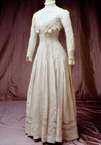"""Abito estivo  indossato da Silvana Mangano nel film """"Morte a Venezia"""". Manifattura italiana. Roma, Fondazione Tirelli Trappetti, 1908 circa."""