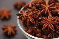 Бадьян или звездчатый анис имеет невероятный аромат и отлично гармонирует с ароматом кофе. Бадьян укрепляет и успокаивают нервную систему, в сочетании с горячим кофе помогает при простуде, лечит кашель, помогает вернуть охрипший или пропавший голос. В бадьяне содержатся эфирные масла, которые применяются в медицинских целях, а также смолы, танины и сахара, которые комплексно улучшают самочувствие, обладают спазмолитическим и ветрогонным действием, улучшают работу желудка. В кофе следует…