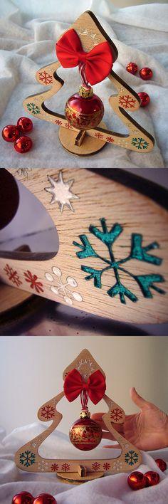 arbol de madera decorado con motivos multicolor