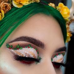 christmas makeup Christmas Makeup Look Ideas! From Christmas lights to Santa hats and reindeer on the eyes, there are so many bold, colorful, and creative Christmas makeup looks this year. Makeup Looks Winter, Holiday Makeup Looks, Unique Makeup, Colorful Eye Makeup, Amazing Makeup, Party Makeup, Wedding Makeup, Maquillage Harry Potter, Christmas Makeup Look