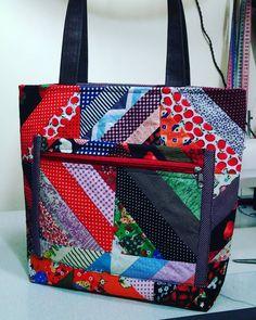 Aproveite todos aqueles retalhos que sobram de outros trabalhos e faça essa linda bolsa super colorida!     Bolsa Emília        Materiais N...