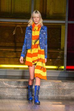 Moschino apresenta looks femininos em desfile masculino de mood artsy - Vogue | News