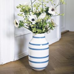 A dreamy blue colour adorns the characteristic Omaggio stripes and is timeless and contemporary at the same time.
