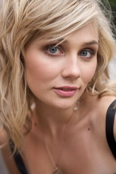 Clare Bowen as Scarlett in Nashville, I love how her eyes look so big! And her natural makeup and hair Nashville Tv Show, Nashville Series, Nashville Seasons, Summer Hairstyles, Messy Hairstyles, Scarlett O Connor, Clare Bowen, Hair Photo, Pretty Face