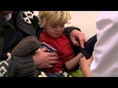 Thom moet naar het ziekenhuis. Hij moet bloed laten prikken. Zijn vader gaat mee. En zijn knuffel natuurlijk. Kijk maar eens hoe het bloedprikken gaat.
