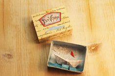 Scatolina da collezione fatta di carta antica e vetro di sabiesabi