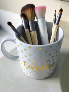 Want to know how to best clean makeup brushes at home? This simple DIY uses only gentle shampoo or dish soap and warm water to clean your brushes fast! Makeup Brush Uses, How To Wash Makeup Brushes, How To Use Makeup, Makeup Brush Cleaner, Makeup Brush Holders, Makeup Dupes, Eye Makeup, Makeup Products, Baby Shampoo