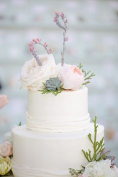 Such gorgeous (and different) floral cake decoration. It has an under the sea, seaweedy type of look about it ~ perfect for a beach wedding.