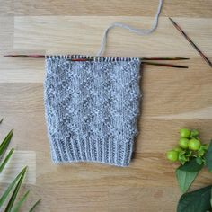 Lace Knitting Stitches, Knitting Charts, Knitting Socks, Knitting Patterns, Knitted Slippers, Knitted Hats, How To Purl Knit, Diy Projects To Try, Cross Stitching