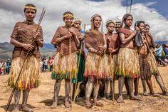 Последние оставшиеся в мире изолированные племена, живущие на отдаленных островах и прячущиеся глубоко в нетронутых джунглях.