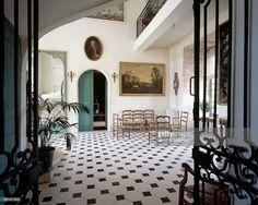 staircase-in-the-vestibule-chateau-de-la-roche-courbon-saintporchaire-picture-id601427603 (1024×816)