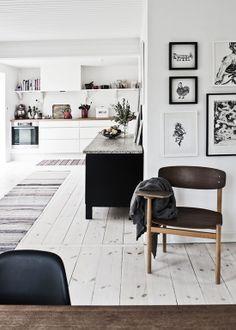 Wide unrefined wooden floor planks ©Peter Kragballe