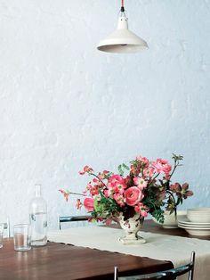 「ハナミズキやラナンキュラス、クリスマスローズなどピンクや赤の花を合わせて、こんもり丸く生けたカントリースタイル。ハナミズキなど季節の枝ものを合わせると、まるで庭で摘んできたような雰囲気に。モダンなインテリアには、あえてラスティックな花器を合わせると空間で引き立ちます。テーブルに飾るときは、相手の顔が見えるように低く生けましょう。これからの季節は爽やかな白い花のアレンジがおすすめです」(さとうさん)