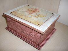 Porta joias pequeno, duplo, em mdf medindo 19cm (C) x 15cm (L) x 9cm (A). Decorado com decoupage floral em relevo, taxas, papel textura e pezinhos de mdf. Parte interna forrada com tecido de poá.
