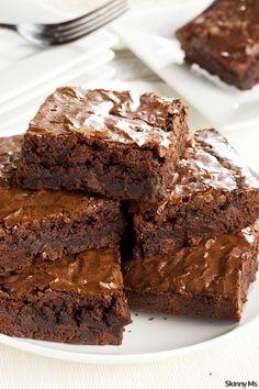 Satisfy those chocolate cravings with the Best Ever Fudge Brownies! This clean brownie recipe is fudgy and delicious. Homemade Fudge Brownies, Chocolate Fudge Brownies, Chocolate Desserts, Homemade Chocolate, Fudgy Brownies, Chocolate Chips, Cocoa Powder Brownies, Cheesecake Brownies, One Bowl Brownies