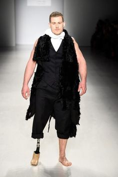 Modelos com deficiência física desfilam na passarela da New York Fashion Week