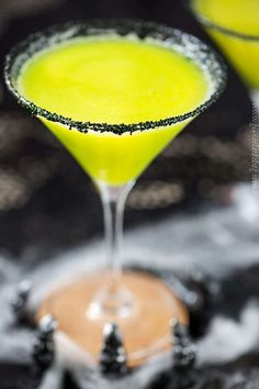 As stunning as it is delicious, this witches brew cocktail is perfect for all your Halloween festivities with it's glowing greenish yellow color! Easy Halloween Cocktails, Halloween Shots, Halloween Treats, Halloween Party, Halloween Witches, Costume Halloween, Halloween Decorations, Halloween Alcoholic Drinks, Halloween Desserts