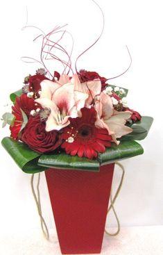 Red flowers in the box Μπουκέτο με κόκκινα τριαντάφυλλα ,όμορφες ζέρμπερες και εντυπωσιακές αμαρυλλίδες σε πολυτελές κουτί . www.flowers4u.gr  Flowers Papadakis est 1989