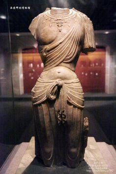 """這尊斷臂菩薩像來源於西安北郊唐大明宮遺址附近,是西安碑林博物館的精品收藏之一。殘高110厘米,這就是被譽為""""東方維納斯""""的唐代菩薩像,雖然她的頭部和雙臂已殘,但從頸部那華麗的纓珞來看,應為佛教密宗的一尊觀音菩薩像。"""