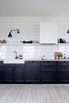 Black and white summerhouse kitchen