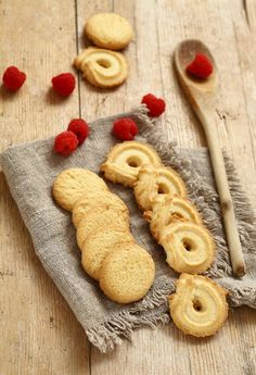The friable and fragrant biscuits ideal for ending a pleasant dinner. Cold Desserts, Cookie Desserts, Cookie Recipes, Maya, Biscotti, Caramel Pears, Kitchen Aid Recipes, Cooking Chocolate, Cookies