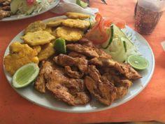 pechuga de pollo a la plancha, ensalada y fritos con limón