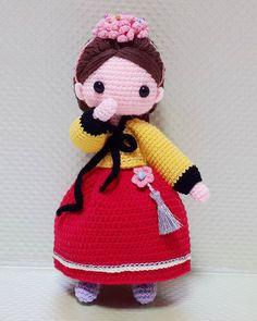 "Korean costume ""Hanbok"" . 2번째 한복! 이번엔 주위서 한결같이 ""황진이야?"" 라고함ㅋㅋ 그래서 고민없이 이름이생겻다ㅎ . . #crochet#amigurumi#doll#뜨개질#handmade#cotton#by_me#knitting#kawaii#crochetaddict#황진이#craft#yarn#iloveit#코바늘#knit#handcraft#pattern#madebyme#adorable#한복#손뜨개#코바늘인형#crochetdoll#손뜨개인형#costume#hanbok#핸드메이드"