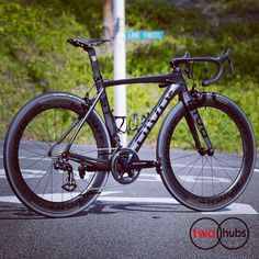 The dark side of the Force is a pathway to many abilities some consider to be unnatural. #twohubs #bikeporn #divo #divost #divolution #madeinitaly #italia #fattoamanoinitalia #shimano #duraace #di2 #r9150 #knightcomposites #knight65 #ursus #magnush01