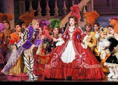 仮面舞踏会で歌う綺咲愛里と(中央)と聞き入る紅ゆずる(左)=宝塚大劇場(撮影・持木克友)
