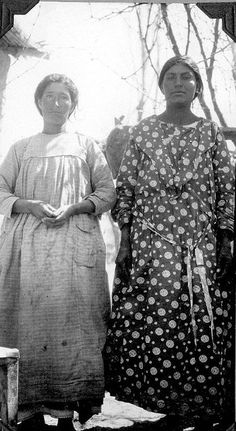 Two women   por The Field Museum Library