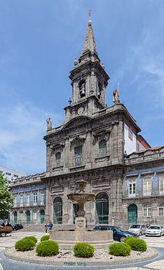 Igreja da Trindade Die im 19. Jahrhundert erbaute Dreifaltigkeitskirche ist eines der imposantesten Gotteshäuser in Porto. Sie gehört zu einem Krankenhaus des Dritten Ordens der Heiligsten Dreifaltigkeit, der nach der Auflösung des Dominikanerordens im Jahr 1755 gegründet wurde.