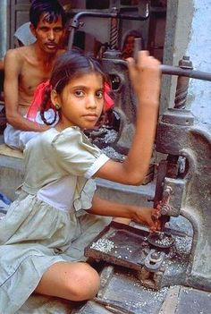 About 12 percent of children in India from ages are involved in child labor activities like carpet production. Most children work in places like textile factories, roadside restaurants and hotels. Kids Around The World, We Are The World, People Of The World, Poor Children, Save The Children, Working With Children, Beautiful Children, Beautiful People, Invisible Children