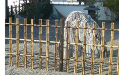 四ツ目垣(よつめがき)は、竹垣の基礎となる仕切り垣、及び透かし垣。竹を水平に渡す4段の胴縁と、立子が垂直に交わり、上下の模様が四つ目に見えることが名称の由来  ...