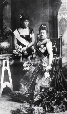 Queen Kapiolani and Crown Princess Liliuokalani of Hawaii at Queen Victoria's Golden Jubilee, London, Vintage Hawaii, Queen Of Hawaii, Hawaiian Queen, Hawaiian Woman, Hawaiian Fashion, Queen Kapiolani, Hawaiian Monarchy, Mahalo Hawaii, Hawaii Homes