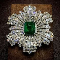 Harry Winston platinum diamond and emerald brooch. Emerald approximately and of diamonds. Emerald Jewelry, Turquoise Jewelry, Diamond Jewelry, Emerald Diamond, Gold Jewellery, Jewellery Shops, Jewelry Stores, Art Deco Jewelry, Modern Jewelry