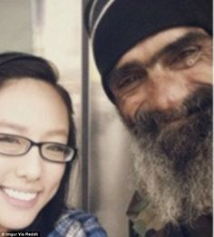 Touching unlikely friendship between a beautiful girl and a homeless veteran that has taken the internet by storm Military Jobs, Military Veterans, Homeless Veterans, Homeless Man, Veteran Jobs, Job Fair, Make You Cry, Video Film, First Girl