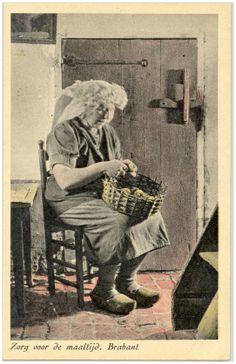 Brabant 1890-1910 #NoordBrabant. Veel te vroeg gedateerd. Kijk naar de lengte van de rokken. Verder droegen ze natuurlijk nooit de poffer bij het aardappel schillen. Jaren 20/30