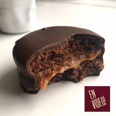 Alfajores Marplatense - Alfajor de Chocolate y Dulce de Leche Gourmet Recipes, Sweet Recipes, Dessert Recipes, Desserts, Healthy Cupcakes, Pastry Shop, Cookies, Cooking Time, Food Print