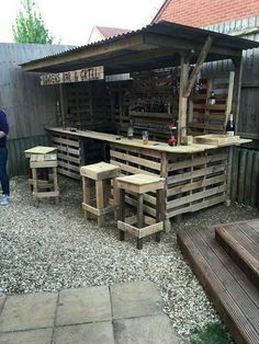 Gorgeous Low cost Pallet Bar DIY Ideas for Your Home! Plans DIY Outdoor Counter Ideas Stools How To Build A How To Make A Instructions Easy Wood Cart With Lights Basement Top Shelf Table Signs Indoor Tiki L Shaped Small Backyard Wall With Cooler Wedding S Diy Bar, Bar Pallet, Pallet Tables, Outdoor Pallet Bar, Pallet Wood, Pallet Patio, Pallet Ideas For Outside, Diy Wood, Pallets Garden