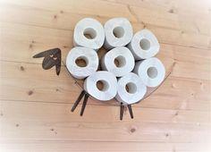 Mouton-étagère - un rangement de papier de toilette pour un grand nombre de rouleaux. Cette étagère vous permet de placer dans un moyen facile et joyeux un paquet entier de papier de toilette (30 rouleaux) sur un mur, libérant quelques précieux pieds carrés. Mes moutons par lui-même est un très gentil mouton et devrait vous aider à trop se concentrer au bon endroit au bon moment sur quelque chose d'important. Cette étagère est en général un bon cadeau pour le nouvel an, fête de chauffage de…