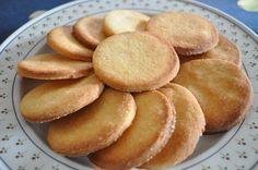 I biscotti alle mandorle si realizzano sbattendo burro e zucchero a cui uniremo farina, mandorle e sale e quindi la scorza di limone. Al termine info...