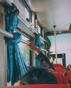 Dali MasMungkin, penumpang yang duduk di bus butut tak berAC ini dalam hati mensumpah serapahi. Bus bobrok, panas, berdecit-decit kerangkanya, bising, dan segala yang buruk lainnya tentang bus ini!...