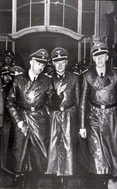 Heinrich Himmler, Karl Wolff y Reinhard Heydrich. Nuremberg, 03 cachorros assassinos q viveram muito tempo . Desejo q suas vitimas descansem em paz German Soldiers Ww2, German Army, Grand Chef, Ww2 Uniforms, The Third Reich, War Machine, World War Ii, Wwii, Germany